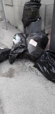"""""""Gli ignorantoni di via Fonte Regina"""" per l'abbandono sei grandi sacchi neri per strada"""